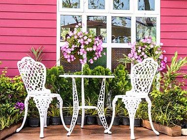 Balkonideen Vintagestil mit verzierten Möbeln