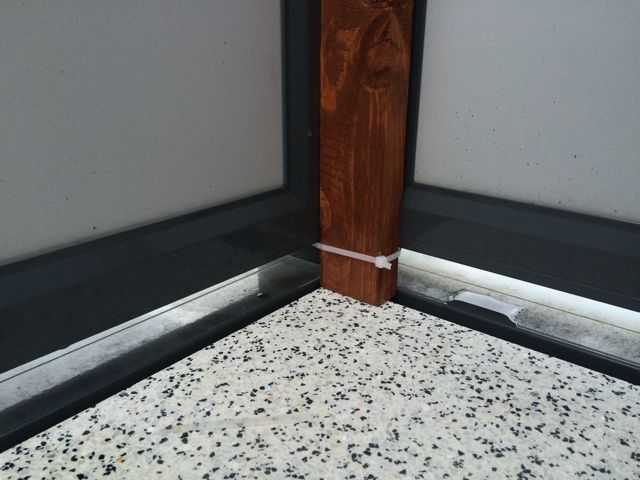 Balkon Bambus Sichtschutz selber bauen - Befestigung unten