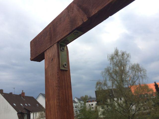 Balkon Bambus Sichtschutz selber bauen - Holzlatten verbinden