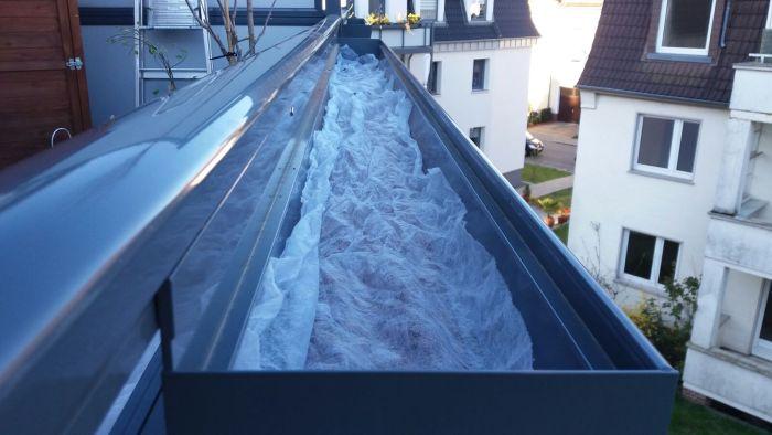 Blähton als Drainageschicht im Balkonkasten mit Vlies gegen Staunässe