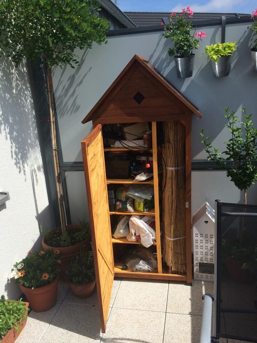 Gartenschrank auf dem Balkon geöffnet