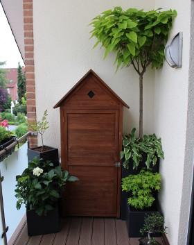 Pflanzkübel aus Fiberglas bepflanzt mit Gartenhaus