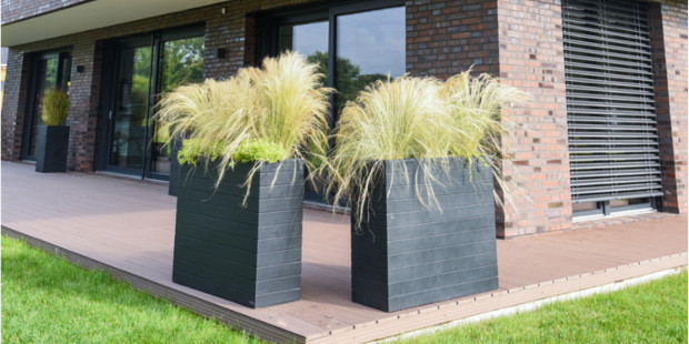 Sichtschutz Idee mit Pflanzkübeln und Gräsern