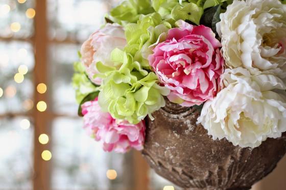 Schnittblumen inszenieren in Vase Pfingstrosen